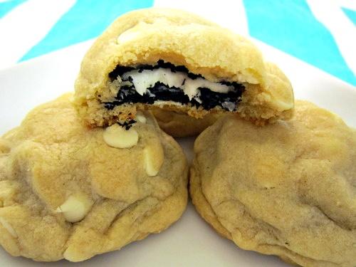 Cookies de Chocolate Branco Recheado com Oreo