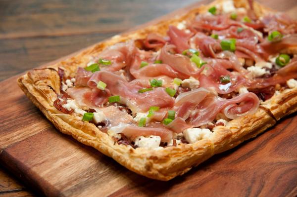 Pizza de Massa Folhada com Queijo Feta e Parma