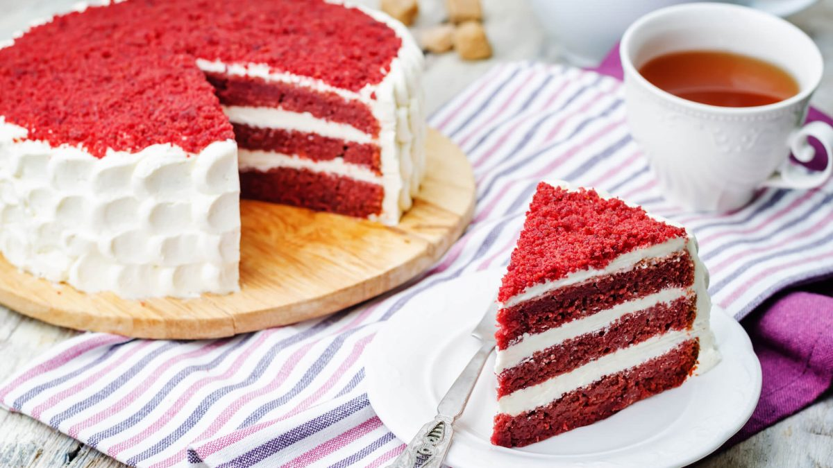 Aprenda como fazer um bolo red velvet impecável e delicioso